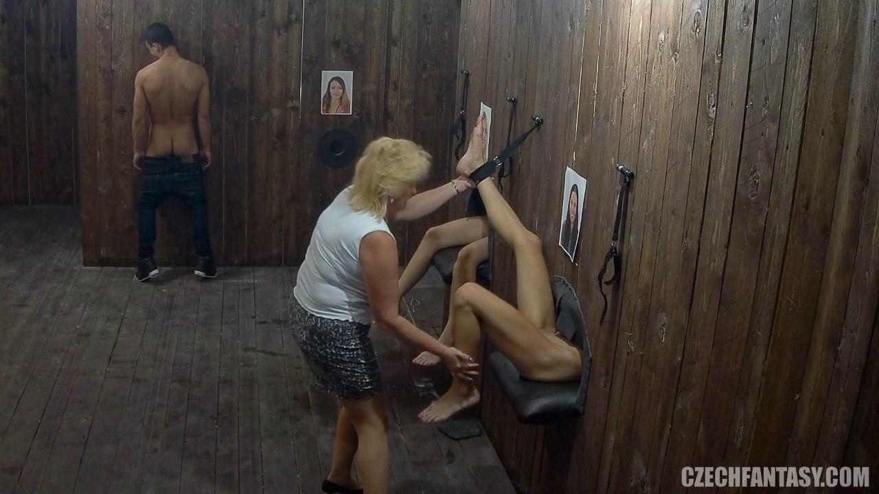 Освобождает девочек от оков после смены в публичном доме чешских фантазий