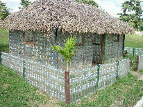 Домик из пластиковых бутылок поделка