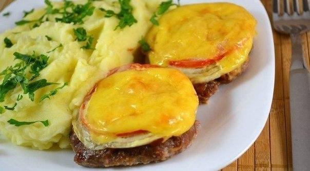 Котлеты в духовке с овощами и сыром.