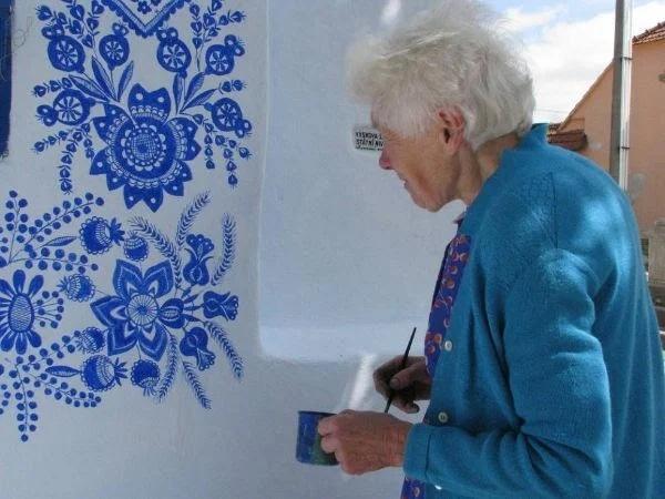 Простая деревенская старушка любила рисовать