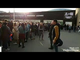 Почему стоит такая большая очередь вечером на стадион Лужники в Москве первого 1 мая