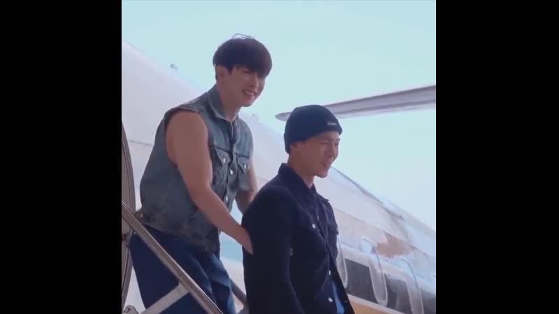 Wonho puts his hands under Shownus armpits to keep it warm