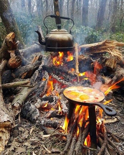 На природе можно устроить целый пир, а после трапезы выпить чашечку чая или кофе сидя у костра