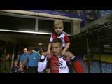 Робин ван Перси усадил себе на шею малыша и вынес его на поле
