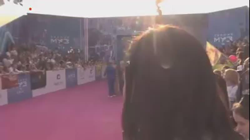 Диана Гурцкая на красной дорожке Премии МУЗ ТВ 2019 sparkles  с Диана 240p mp4