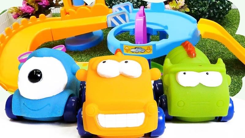 Sevcan araba şarkısını söylüyor. Oyuncak arabalar ile oynuyoruz