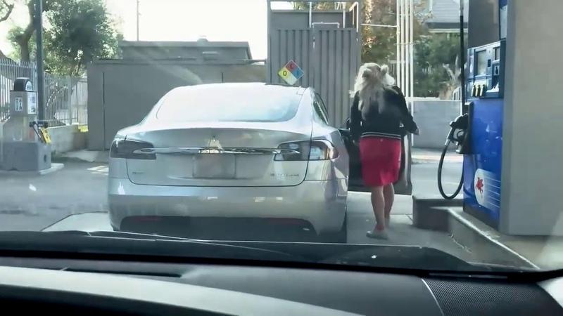 Доверил женщине заправить Tesla ))