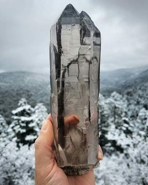 Великолепный кристалл дымчатого гималайского кварца нашли в Таосе, Нью-Мексико
