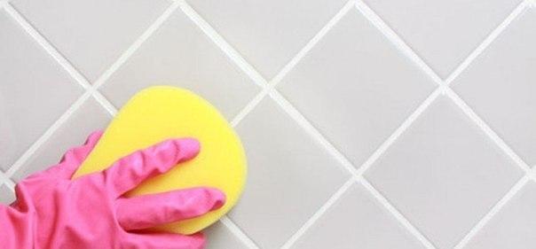 Как избавиться от плесени и грязных швов между плиткой Нам понадобится: 1. горячая вода - 1 стакан 2. сода - 2,5 ст. ложки 3. стиральный порошок - 1 ст. ложка. Добавьте соду в горячую воду, хорошо размешайте и всыпьте порошок. После этого в идеале возьмите старую зубную щетку (можно заменить губкой) и, макая в этот раствор, отмойте швы и обработайте места с плесенью. Поверьте, это действительно поможет вам избавиться от плесени навсегда! Не правда ли, просто?