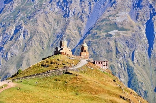 Церковь Святой Троицы находится на севере Грузии, на высоте 2 170 м у подножья Казбека