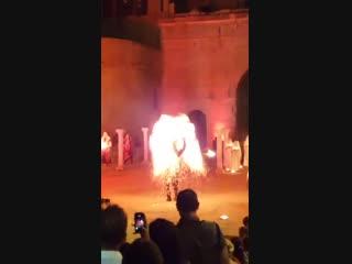 Огненное шоу на фестивале La Fano Dei Cesari в Италии.
