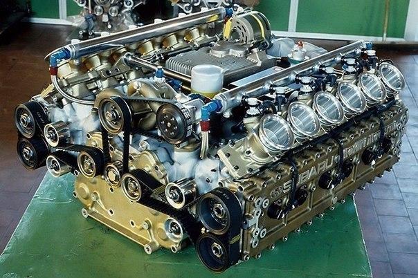 12-ти цилиндровый оппозитный мотор Субару для формулы один.