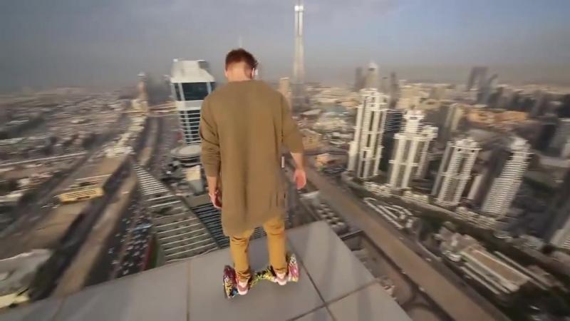 Отчаянный парень катается на HOVERBOARD на небоскребе в Дубае