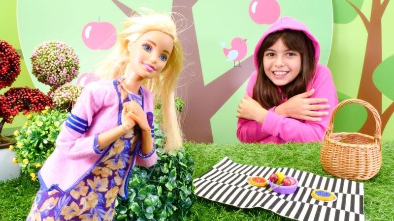 Barbie pikniğe giderken ormanda üşüyor