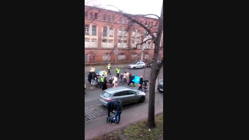Halberstadt Klusstrasse sie demonstrieren für eigene neue Häuser mehr Geld und Bleiberecht