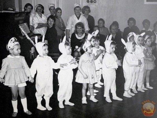 А помните, как это было в детстве?! Те утренники в садике…и мама На платье из х/б-ешного обреза Всю ночь снежинки, блестки пришивала! И бережно повешенный на стуле, Наряд «снежинки» был к утру готов! Нам в платье том казалось,- мы принцессы Из самых-самых ярких детских снов!!! И запах елки той,что ароматней нет, В шарах стеклянных на пушистых лапах. Звезды Советской на макушке свет Которую,конечно,вешал папа! Почтовые открытки ,телеграммы… От родственников дальних и не очень… «Ирония судьбы»…