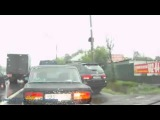 смешно скутер аварии на мокрой дороге