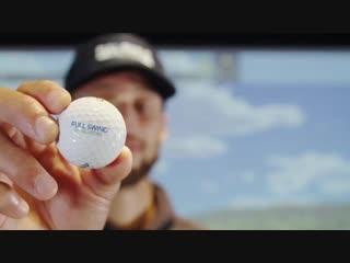 Стеф играет в симулятор гольфа