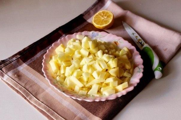 ПЕЧЕНЬЕ ЯБЛОЧКО ИНГРЕДИЕНТЫ:сахар 60 гяйца куриные 2 шт.масло сливочное 100 гмука 250 гсоль 1 щепоткаразрыхлитель 1 ч. л.лимонный сок 1 ст. л.яблоки 2 шт.ванилин 1 пакетиксахарная пудра 1 ст.