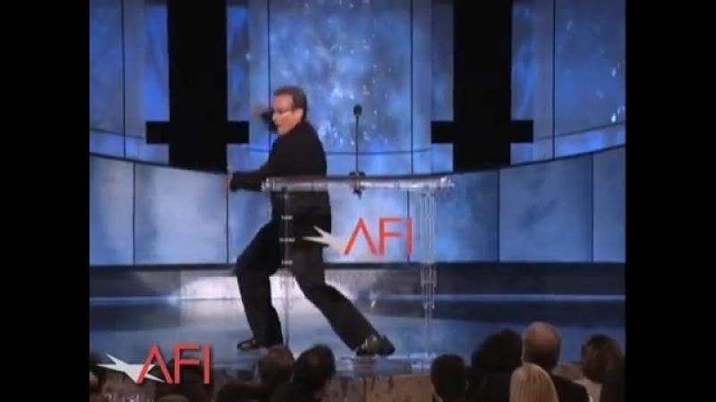 Робин Уильямс поздравляет Роберта де Ниро с кинонаградой AFI