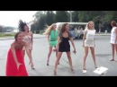 Красивые девушки танцуют на свадьбе! Pretty girls are dancing on the wedding.