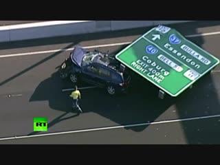 В Мельбурне женщина чудом выжила после падения огромного дорожного знака на её машину