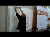 Демонстрация изображения пейзажа тушью на выставке китайской живописи гунби в Москве