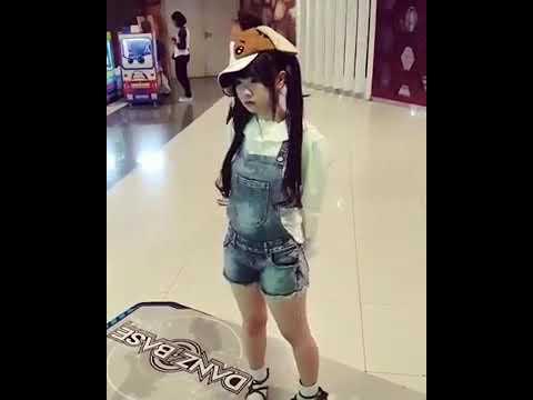 Kawaii Loli Dancing in Real Life !!