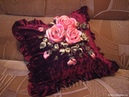 Идеи оформления диванных подушек атласными лентами