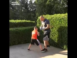 Юный одаренный боксер