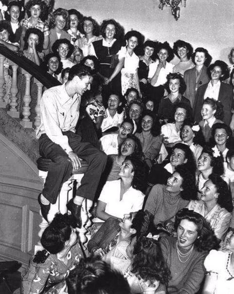 Легендарный Фрэнк Синатра в окружении фанаток