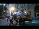 И это пранк Шутник в маске Путина залез на быка с Уолл Стрит