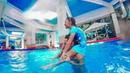 Играем и дурачимся с Викулей в воде в бассейне кидаю ее в воду