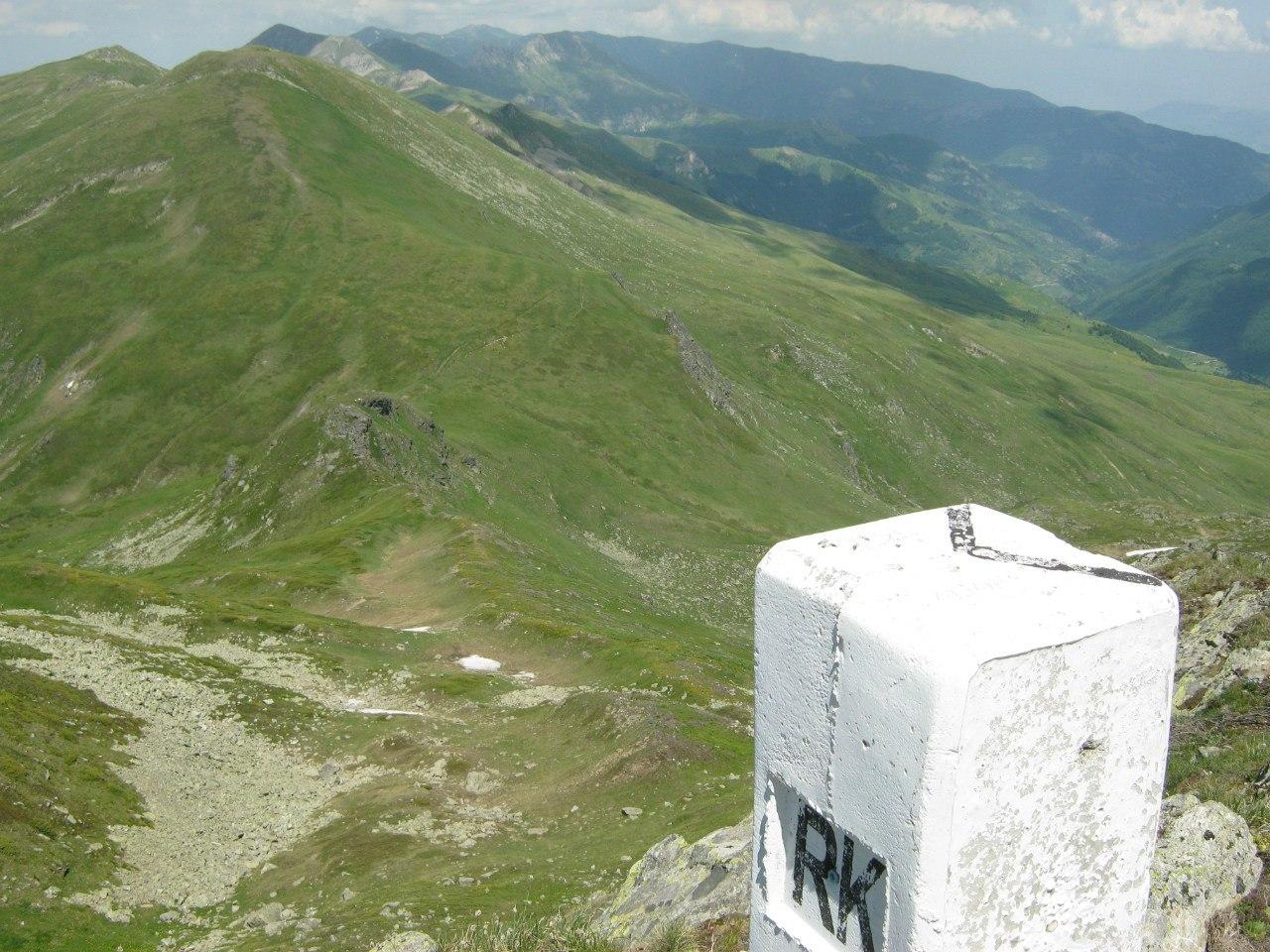 Пограничный столб в Балканских горах