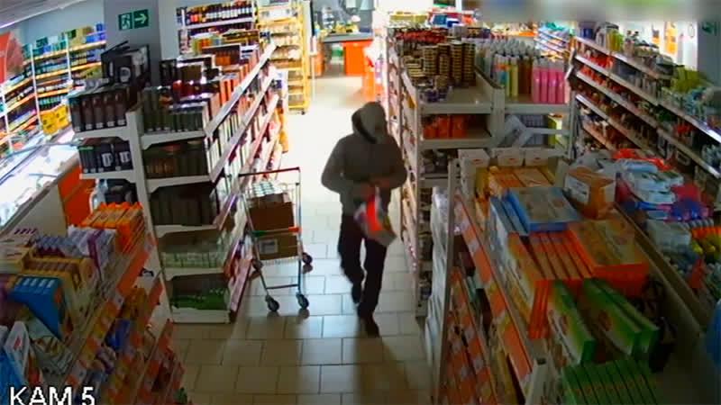 Водка, конфеты и кофе грабители в противогазах обчистили магазин в Кунгуре