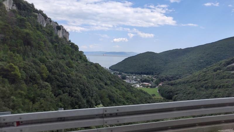 По горным серпантинам Истрии в Хорватии.