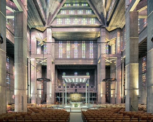 Самые красивые церкви мира. Тибо Пуарье французский фотограф. Своим домом он называет разные города: Буэнос-Айрес, Хьюстон, Монреаль, Токио. В настоящее время Тибо живёт в Париже. Главной темой