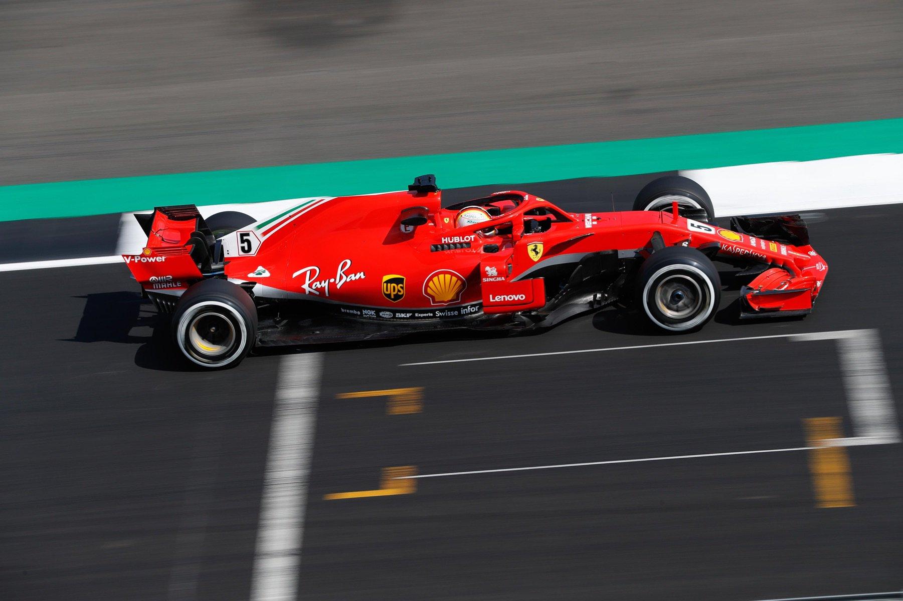 Себастьян Феттель за рулём Ferrari на автодроме Сильверстоун