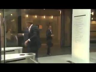 Премьер-министр Нидерландов Марк Рютте разлил кофе в парламенте и сам вымыл пол