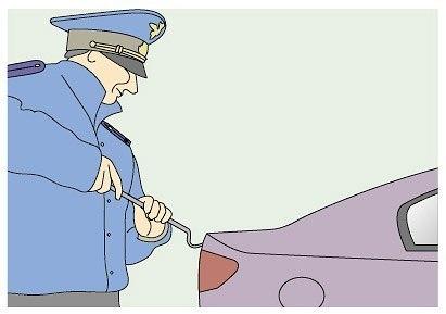 Вас просят открыть капот, багажник или двери автомобиля Рекомендация: - Попросить инспектора предъявить служебное удостоверение, пункт 2.4 ПДД (зафиксировать его данные) - После того как инспектор предложил вам открыть капот, багажник или двери автомобиля, вежливо попросите его составить протокол досмотра (ст. 27.9 КоАП) и ПРИГЛАСИТЬ ДВУХ ПОНЯТЫХ. Причем, совсем не важно, происходит это на стационарном посту или в глухих степях. В главе 2 ПДД «Обязанности водителя» это не указанно как…