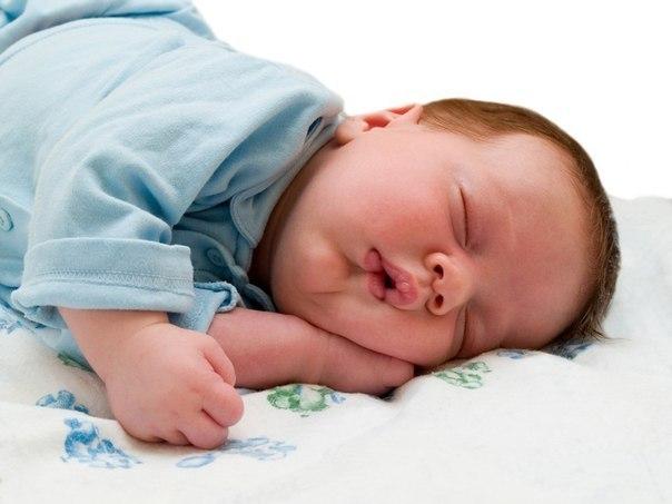КАК ПРАВИЛЬНО БУДИТЬ ДЕТЕЙ  Потянушки-потягушки, Кто тут сладкий на подушке? Кто тут нежится в кроватке? Чьи тут розовые пятки?  Это кто же тут проснулся, Кто так маме улыбнулся? И кого так любит мама? Вот тут кто любимый самый!!!!