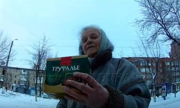 Житель Горловки угощал бабушек конфетами. Реакция бабушек поражает (видео)