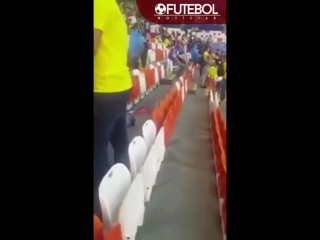 Japanese fans clean the stadium WORLD CUP 2018