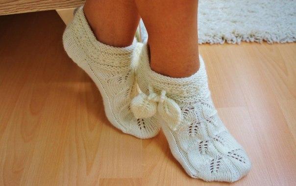 Вяжем спицами ажурные носочки.