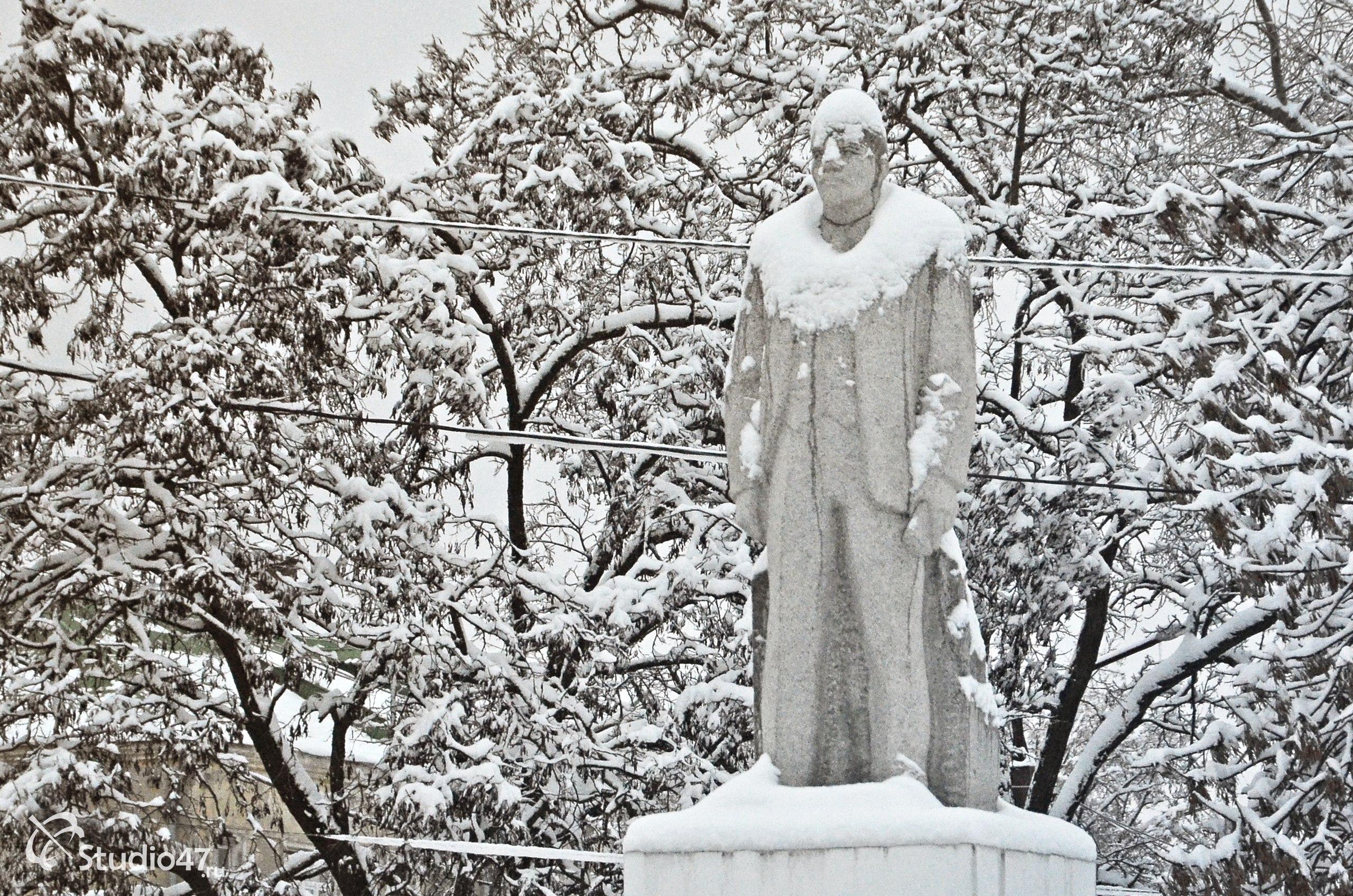 Памятник Владимиру Ильичу Ленину на площади