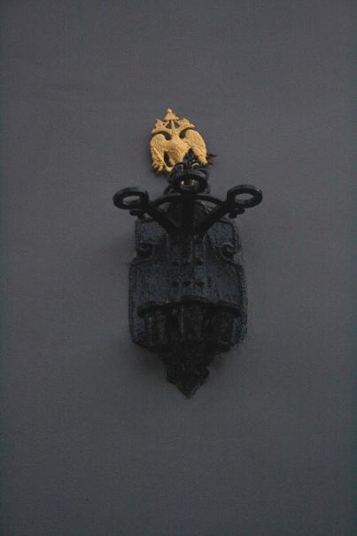 «Подсвечник» для флагов с позолоченным орлом на башне с часами.