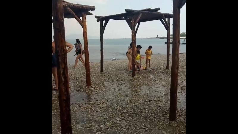 В Новороссийске на городском пляже купающихся сегодня дождь застал врасплох Все прятались кто где мог Прыгали с мостика Получ смотреть онлайн без регистрации