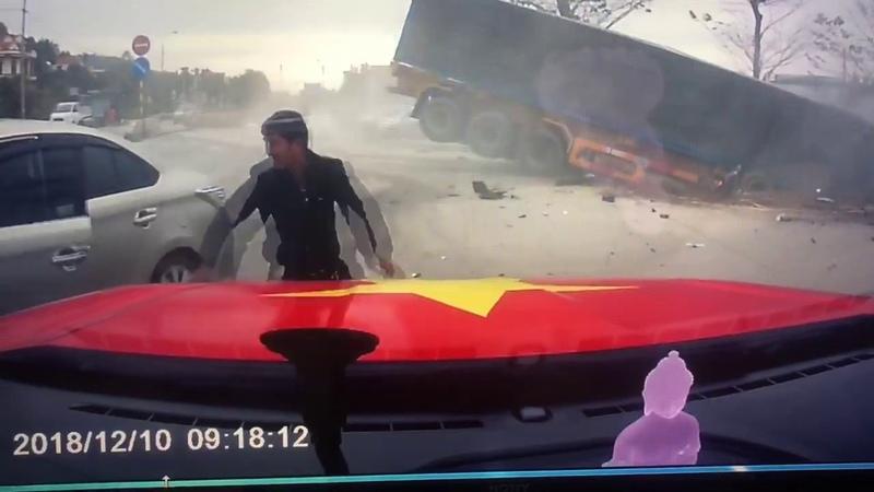 Женщина спасает ребенка от неуправляемого грузовика || ViralHog