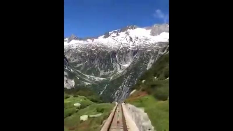 Видео из кабинки фуникулера на Швейцарские Альпы Интересно что рельсы по которым передв