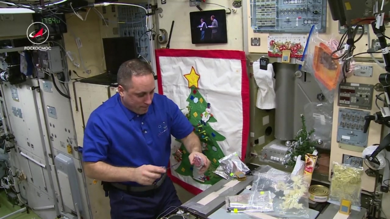 Посмотреть приготовление салата оливье в космосе в исполнении экипажа МКС- бесценно!